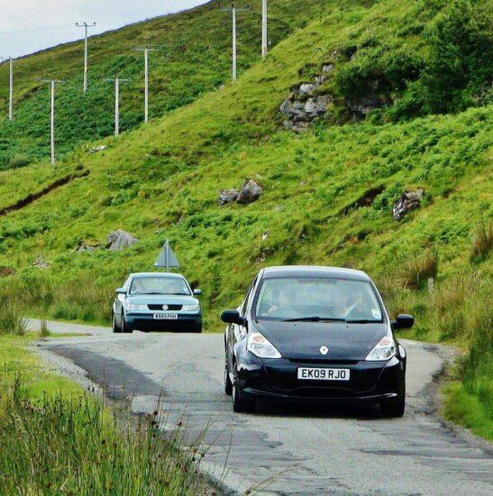 Carretera en la isla de Skye en Escocia