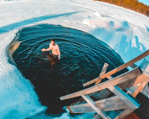 Baño en el río en Kuusamo en Laponia Finlandia