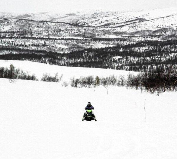 Excursión en moto de nieve cerca de Alta en Noruega Ártica