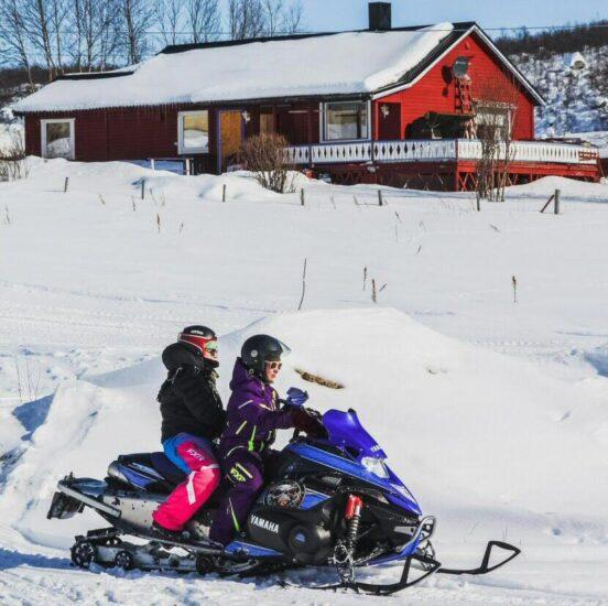 Moto de nieve en Noruega Ártica
