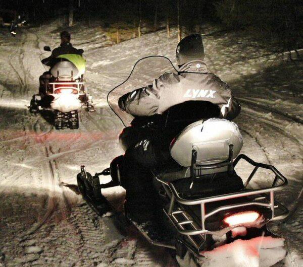 Excursión nocturna en motos de nieve en Noruega Ártica