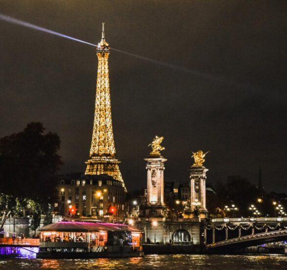 Torre Eiffel al anochecer en París