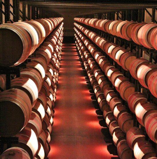 Sala de barricas en una bodega de Ribera del Duero en Valladolid