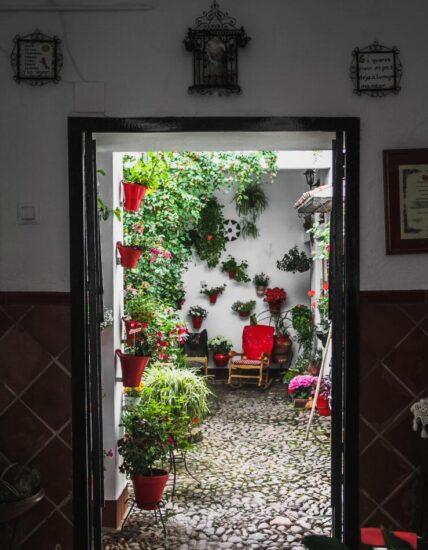 Entrada a un patio del centro histórico de Córdoba