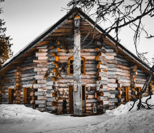 Cabaña tradicional de madera en Laponia Finlandia