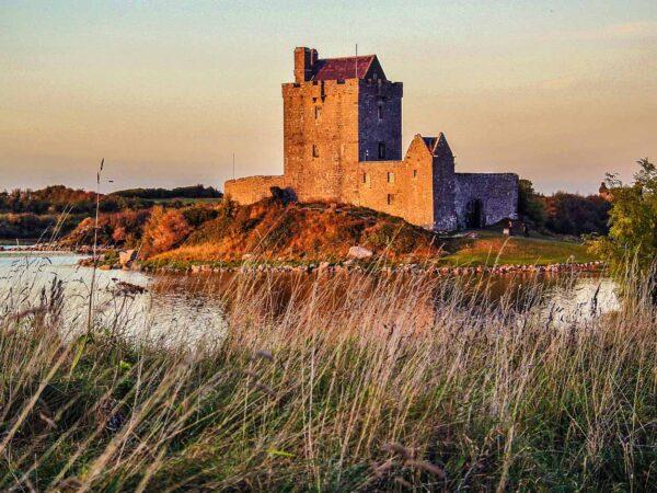 Castillo de Dunguaire al oeste de Irlanda
