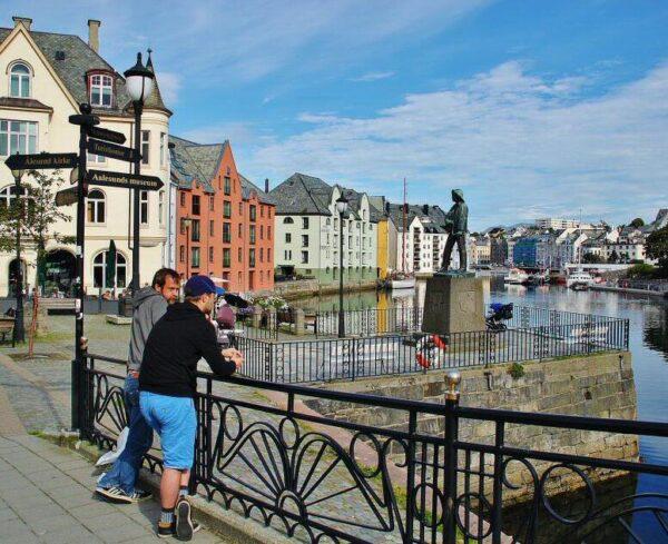 Rincón de los canales de Alesund en Noruega