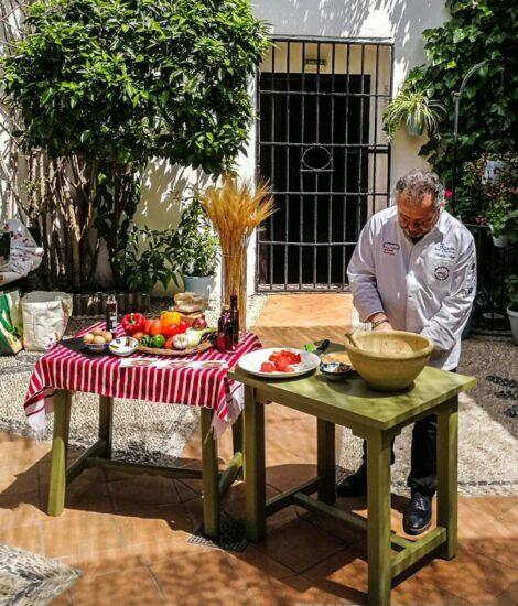 Matías Vega elaborando salmorejo cordobés
