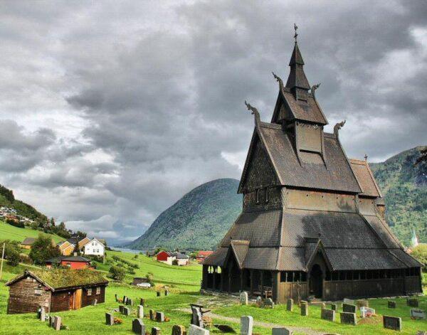 Iglesia de Vik en los Fiordos de Noruega