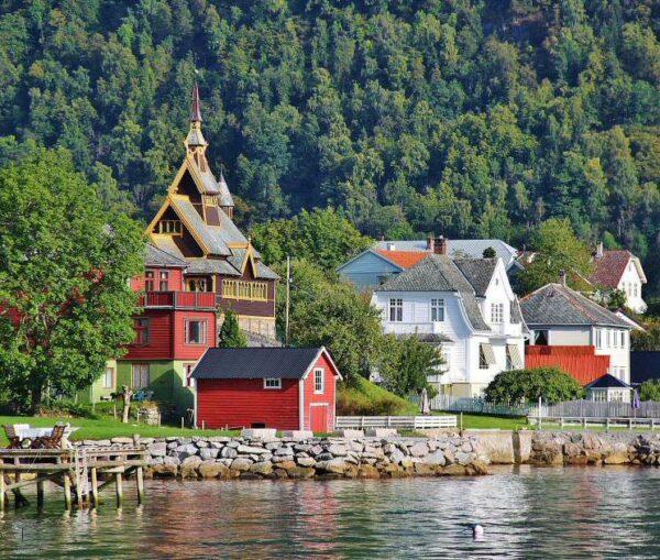 Balestrand en el Sognefjord en los Fiordos de Noruega