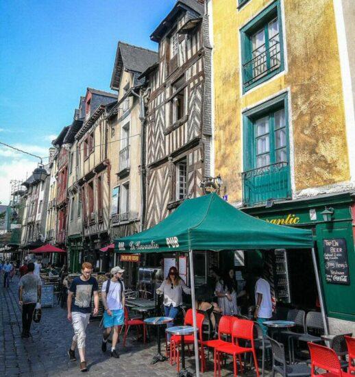 Calle San Miguel en centro histórico de Rennes en Bretaña Francia