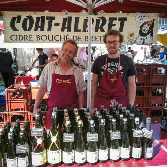 Puesto de venta de sidra en el Mercado de Lices en Rennes