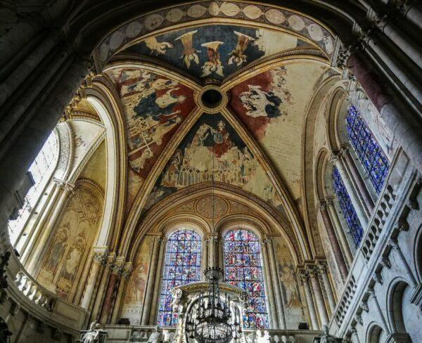 Decoración mural en la catedral de Poitiers al oeste de Francia