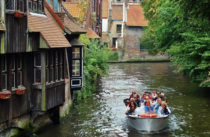 Canales de Brujas desde el puente de San Bonifacio en Bélgica
