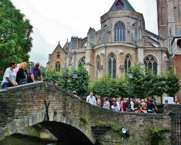 Rincón del puente de San Bonifacio en los canales de Brujas en Flandes