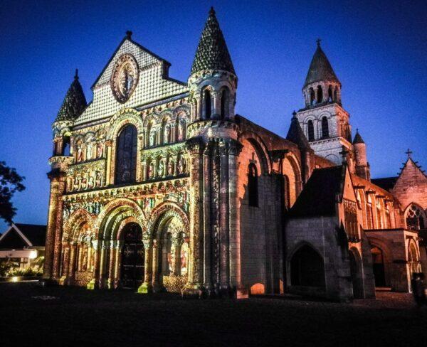 Iluminación nocturna de la iglesia de Notre Dame en Poitiers