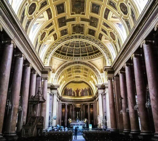 Interior de la catedral de Rennes en Bretaña en Francia