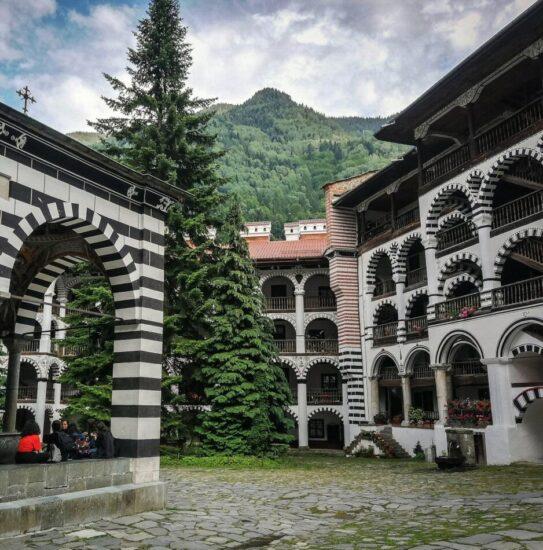 Gran patio central del monasterio de Rila en Bulgaria
