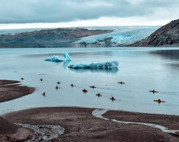Navegando en kayak junto al Campamento Fletanes en Groenlandia