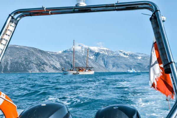 Navegando por el fiordo del Glaciar Qooroq en Groenlandia