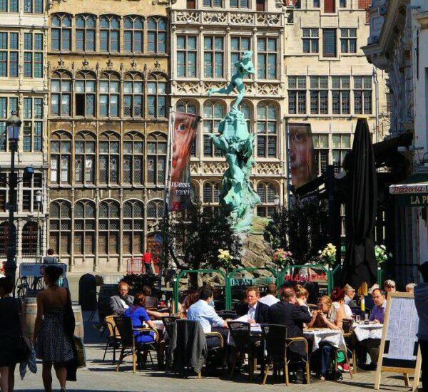 Rincón de la plaza Mayor de Amberes en Bélgica