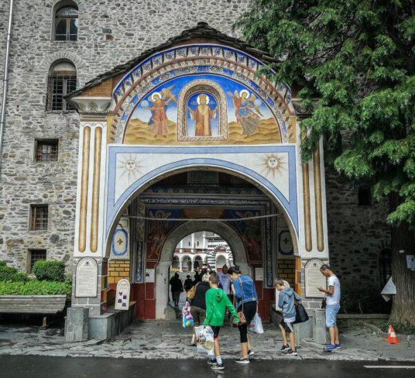 Puerta de entrada al monasterio de Rila en Bulgaria