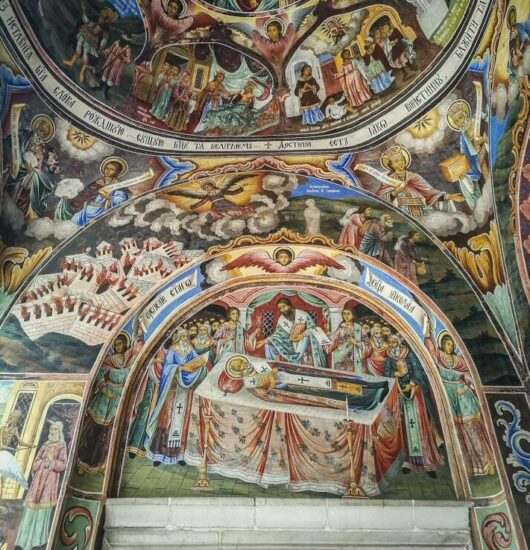 Pinturas murales en la iglesia del monasterio de Rila en Bulgaria
