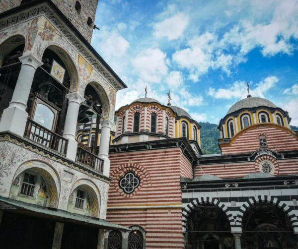Torre e iglesia del monasterio de Rila en Bulgaria