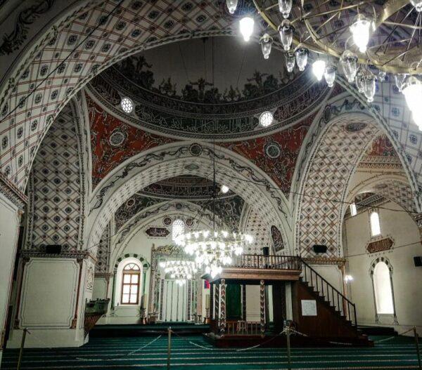 Interior de la mezquita Dzhumaya en Plovdiv en Bulgaria