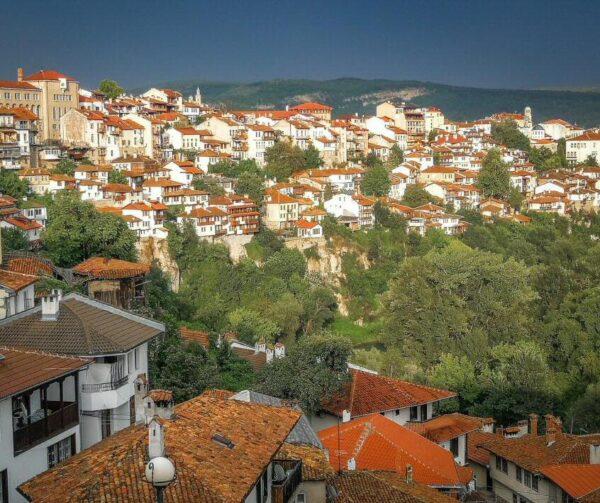 Atardecer con tormenta en Veliko Tarnovo en Bulgaria