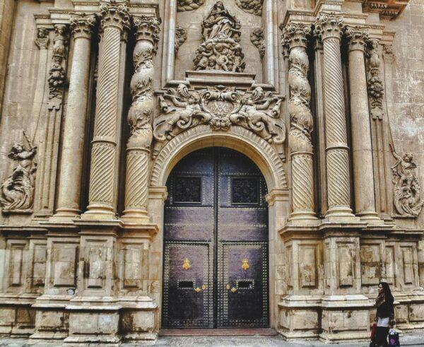 Portada de la Basílica de Santa María en Elche en Alicante