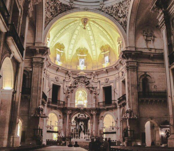 Interior de la Basílica de Santa María en Elche en Alicante