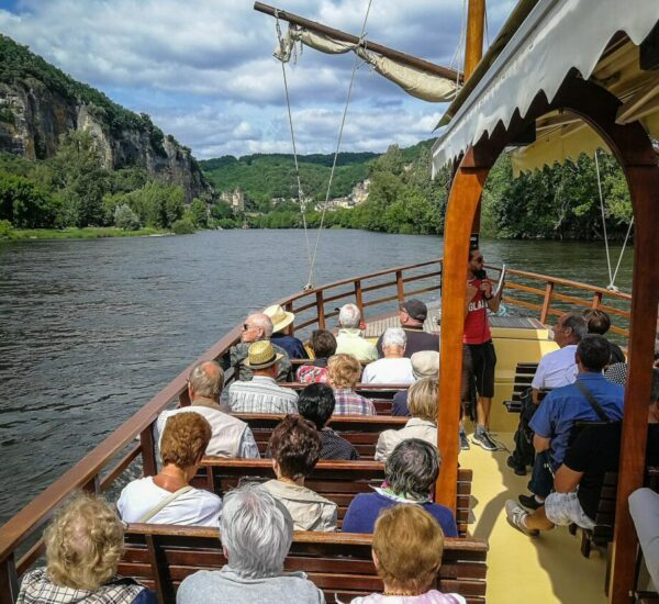 Navegando en gabarra tradicional por el río Dordoña en Perigord