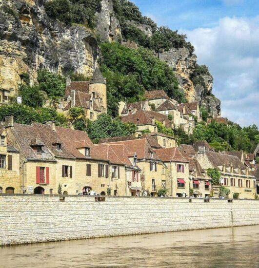 La Roque Gageac en Perigord en Francia desde una gabarra