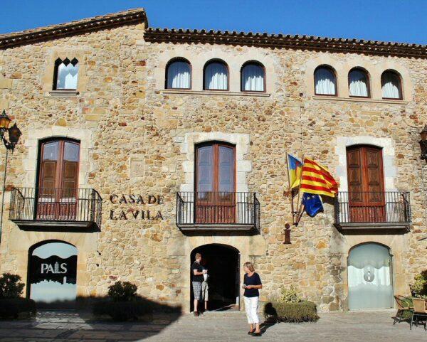 Plaza del Ayuntamiento en Pals en Costa Brava de Cataluña