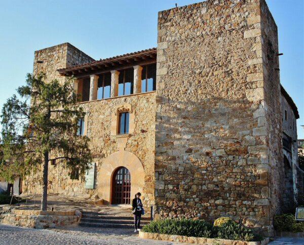 Casa de cultura Ca la Pruna de Pals en el Bajo Ampurdán