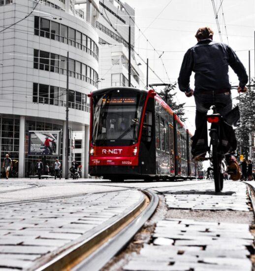 Bicicleta y tranvía en La Haya en Holanda