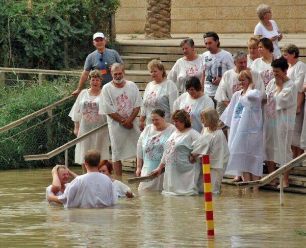 Bautismo colectivo en el río Jordania en Betania
