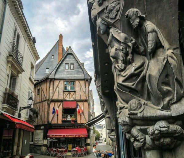 Esculturas de la casa de la Sagrada Familia en plaza Plumareau en Tours