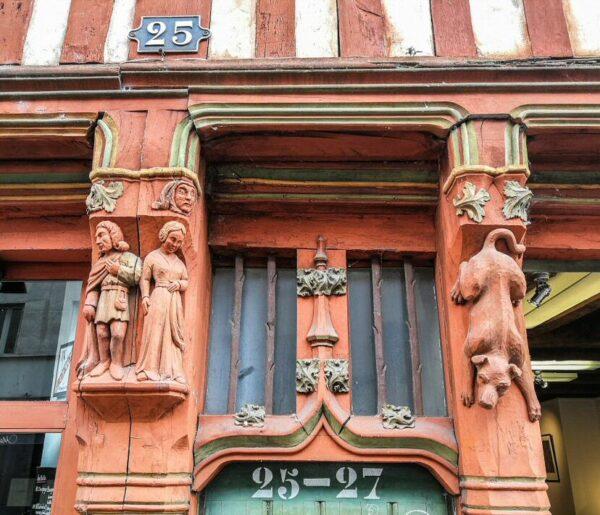 Esculturas en casa medieval de Tours en Valle del Loira en Francia