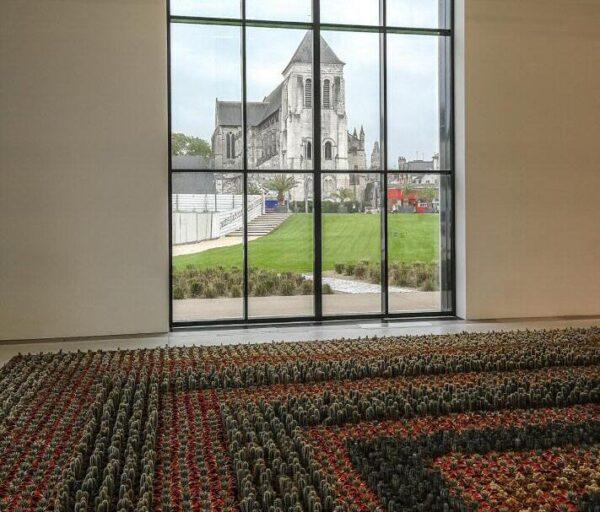 Iglesia de San Julián desde el Centro de Creación Contemporánea Olivier Debré en Tours