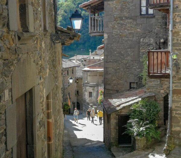 Calle del Fossar en Rupit en la provincia de Barcelona