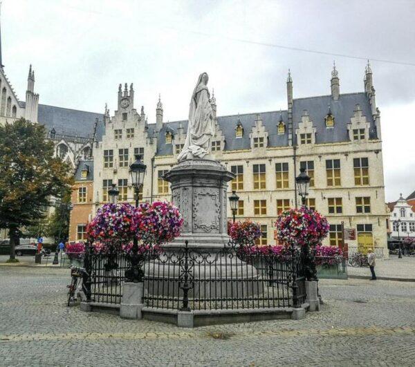 Estatua de Margarita de Austria en Malinas en Flandes en Bélgica