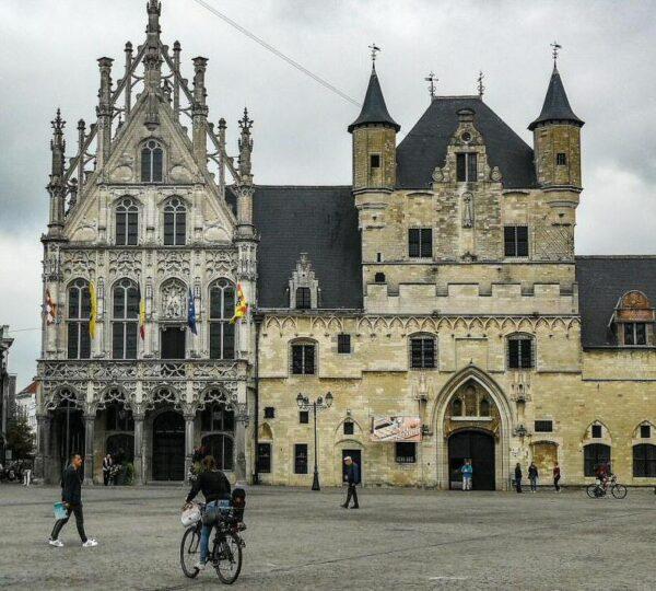 Ayuntamiento en la Gran Plaza de Malinas en Flandes en Bélgica