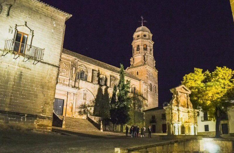 Catedral y Fuente de Santa María en Baeza en Jaén