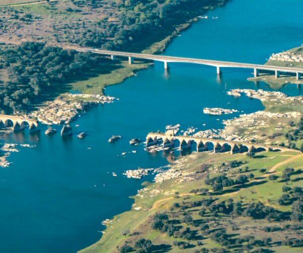 Puente de Ajuda en río Guadiana entre España y Portugal