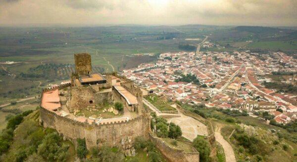 Castillo de Miraflores en el entorno del Lago Alqueva