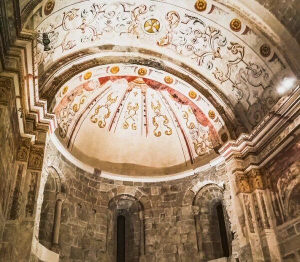 Iglesia del monasterio Món Sant Benet cerca de Barcelona
