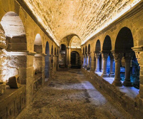 Claustro del monasterio Món Sant Benet cerca de Barcelona