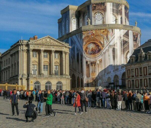 Colas para acceder al palacio de Versalles cerca de París